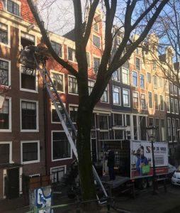 Verhuislift en -wagen langs grachten in Amsterdam
